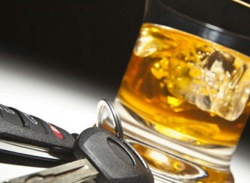 Guida in stato di ebbrezza: La sospensione della patente di guida, con contestuale obbligo di sottoporsi a visita medica, può essere irrogata solo previo accertamento di un valore alcolemico superiore a 1,5 grammi per litro