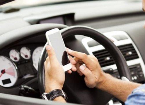 Cellulare al volante, al vaglio le nuove sanzioni